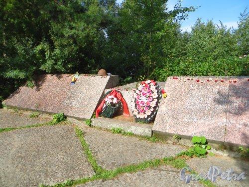 Форт Красная Горка. Мемориал «Форт Красная Горка».  Памятник военным морякам, погибшим 21.10.1919 и во время Великой Отечественной войны. Фрагмент. Фото 9 августа 2014 года.
