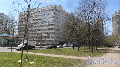 Аллея Котельникова, дом 6, корпус 1. 9-этажный жилой дом серии 1ЛГ-600А 1977 года постройки. 11 парадных, 394 квартиры. Фото 14 мая 2017 года.