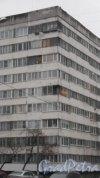 Серебристый бульвар, дом 34, корпус 1. Самый большой в Санкт-Петербурге дом-корабль: 29 парадных, 1035 квартир. Угловая часть здания, выходящая в сторону жилого комплекса «Синяя птица» (проспект Сизова, дом 25). Фото 26 ноября 2017 года.