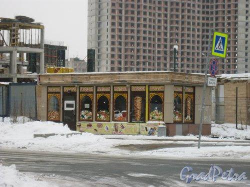 Поэтический бульвар у пересечения с ул. Руднева. Вид на Торговый павильон на чётной стороне Поэтического бульвара. Фото 27 февраля 2016 г. Примечание автора фото. В 2017 году данное здание удалено с карт. Точный адрес установить не удалось.