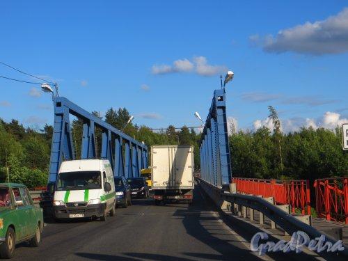 Автомобильный мост через реку Вуокса в поселке Лосево. Фото 4 июля 2014 года.