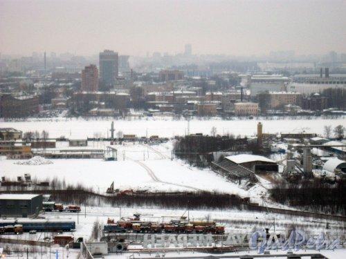 Река Нева. Территория, где планируется строительство Большого Смоленского моста. Вид с крыши дома 5 по ул. Коллонтай (ул. Белышева, дом 1, литера А) (ЖК «Аврора»). Фото 28 января 2015 г.