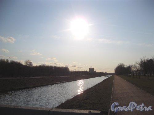 Дудергофский канал у Петергофского шоссе на территории Полежаевского парка. Вид от плотины в сторону ул. Доблести. Фото апрель 2015 г.