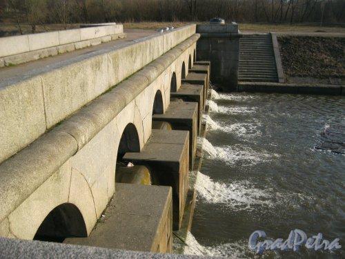 Дудергофский канал у Петергофского шоссе на территории Полежаевского парка. Плотина. Фото апрель 2015 г.