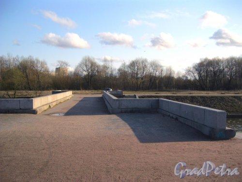 Дудергофский канал у Петергофского шоссе. Плотина-мост в Полежаевский парк. Фото апрель 2015 г.