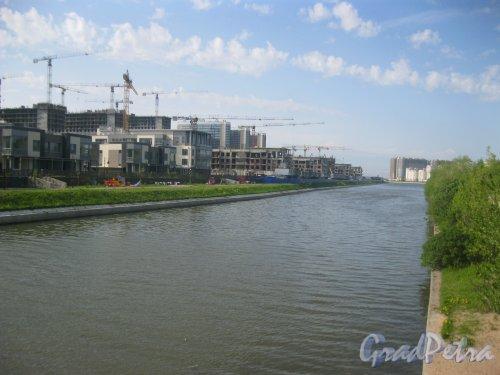 Дудергофский канал у Южно-Приморского парка. Вид от бокового проезда Петергофского шоссе в сторону ул. Маршала Захарова. Фото 27 мая 2015 г.