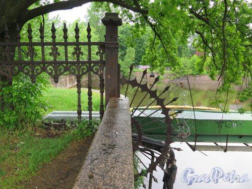 Обводный канал (Кронштадт). Элемент ограждения в изгибе канала у Петровской ул. фото июнь 2015 г.