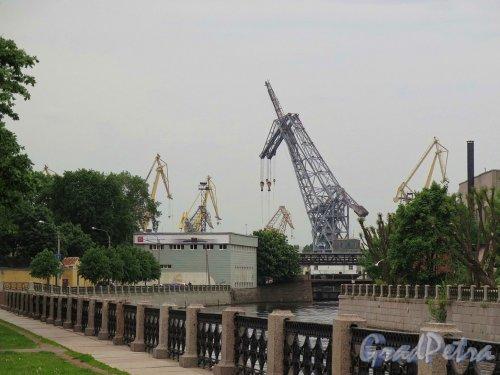 Устье реки Мойки. Вид реки со строениями «Адмиралтейских верфей» от Матисова моста. фото июль 2017 г.