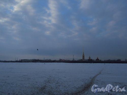 Река Нева и Петропавловская крепость под снегом в начале марта. Вид от д. 22 по Дворцовой наб. фото март 2018 г.