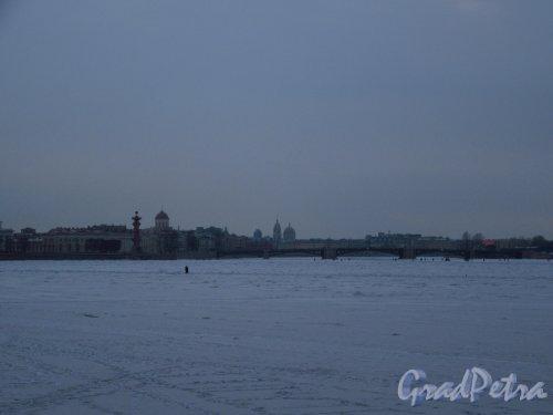 Река Нева и в районе Стрелеи Васильевского острова под снегом в начале марта. Вид с Дворцовой наб. фото март 2018 г.