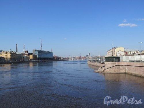 Река Большая Невка. Вид реки с Сампсониевского моста. Фото апрель 2018 г.