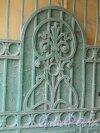 9-я линия В.О., дом 28. Центральная часть левой створки ворот арки во двор. Фото 13 апреля 2012 года