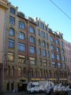 9-я линия В.О., дом 38. Вход в коммерческий центр «Остров» и помещения магазина «Эльдорадо» на первом этаже здания. Фото 30 марта 2005 года.
