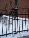 10-я линия В.О., дом 17, корпус 2, литера А. Фрагмент ограды участка. Фото 3 февраля 2013 года.