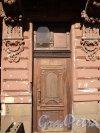 12-я линия В.О., дом 11. Дверь с правой стороны от ворот. Фото 12 апреля 2011 года.