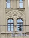 5-я линия В.О., д. 10. Доходный дом Соловьева, 1861-62, арх. И. М. Маевский. Оформление окна 3-го этажа бокового ризалита. фото сентябрь 2016 г.