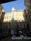 9-я линия В.О., дом 56, литера А. Вид лицевого корпуса дома Ф.В. Шеффера со стороны двора-колодца и шахта нового лифта. Фото 8 апреля 2020 г.