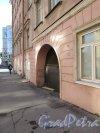 9-я линия В.О., дом 64 / Малый проспект В.О., дом 25. Арка во двор со стороны 9-й линии. Фото 8 апреля 2020 г.