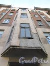 9-я линия В.О., дом 72, литера А. Эркер лицевого фасада над парадной. Фото 8 апреля 2020 г.