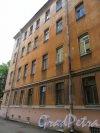 16-я линия В.О., д. 9. Жилой дом Александровской мужской больницы. Двор. Фасад бокового флигеля (правого). Фото июнь 2018 г.