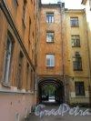 16-я линия В.О., д. 9. Жилой дом Александровской мужской больницы. Часть двора с уличной аркой. Фото июнь 2018 г.