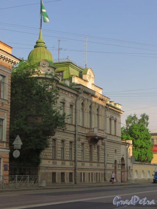 9-я линия В.О., дом 10, литера А. Особняк Н. К. Вадбольской. Общий вид фасада. Фото 25 мая 2014 года.