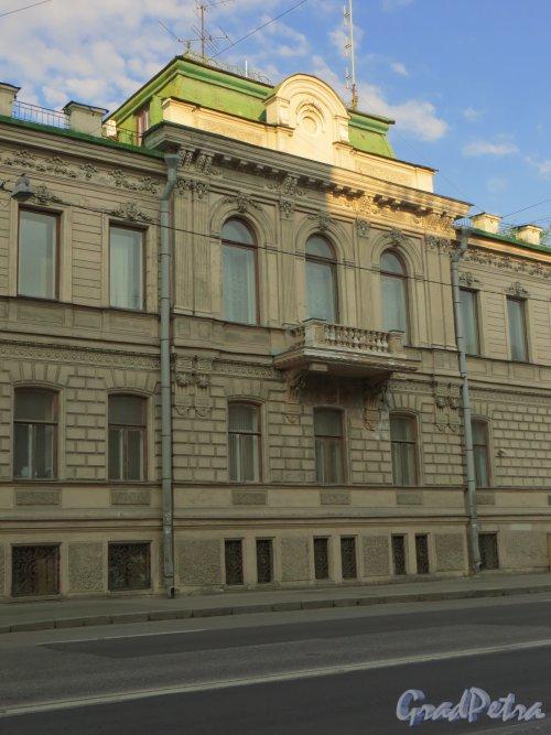 9-я линия В.О., дом 10, литера А.  Особняк Н. К. Вадбольской. Центральная часть фасада. Фото 25 мая 2014 года.