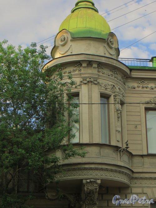 9-я линия В.О., дом 10, литера А. Особняк Н. К. Вадбольской. Угловой эркер. Фото 25 мая 2014 года.