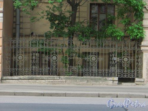 9-я линия В.О., дом 10, литера А. Ограда палисадника особняка Н. К. Вадбольской. Фото 25 мая 2014 года.