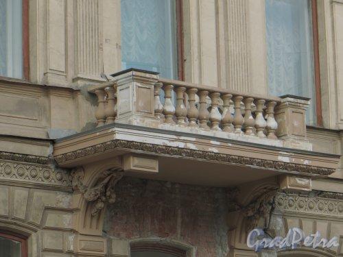9-я линия В.О., дом 10, литера А. Балкон особняка Н. К. Вадбольской. Фото 25 мая 2014 года.