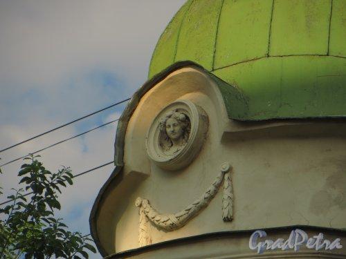 9-я линия В.О., дом 10, литера А. Особняк Н. К. Вадбольской. Верхняя часть эркера. Женская головка. Фото 25 мая 2014 года.