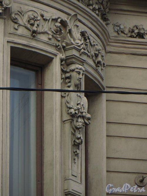 9-я линия В.О., дом 10, литера А. Особняк Н. К. Вадбольской. Фрагмент фасада эркера. Фото 25 мая 2014 года.