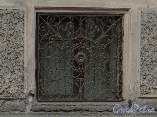 9-я линия В.О., дом 10, литера А. Особняк Н. К. Вадбольской. Решетка окон подвального этажа. Фото 25 мая 2014 года.