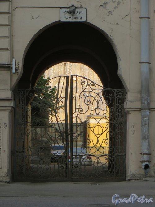 9-я линия В.О., дом 10, литера А. Особняк Н. К. Вадбольской. Ворота между особняком и флигелем. Фото 25 мая 2014 года.