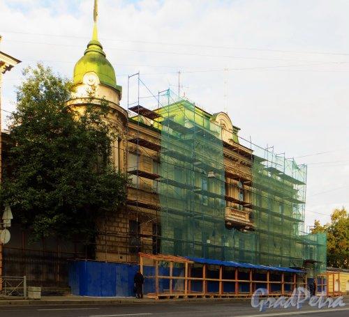 9-я линия В.О., дом 10, литера А. Особняк Н. К. Вадбольской. Начало реставрации фасада здания. Фото 7 сентября 2014 года.