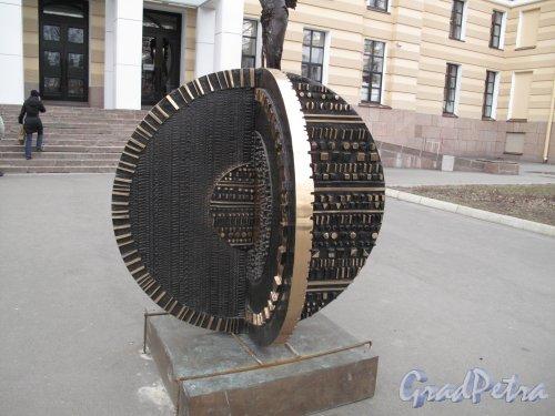 29-я линия В.О., д. 2. Музей современного искусства и художественные галереи «Эрарта». Скульптурная композиция перед входом в Музей. фото апрель 2014 г.