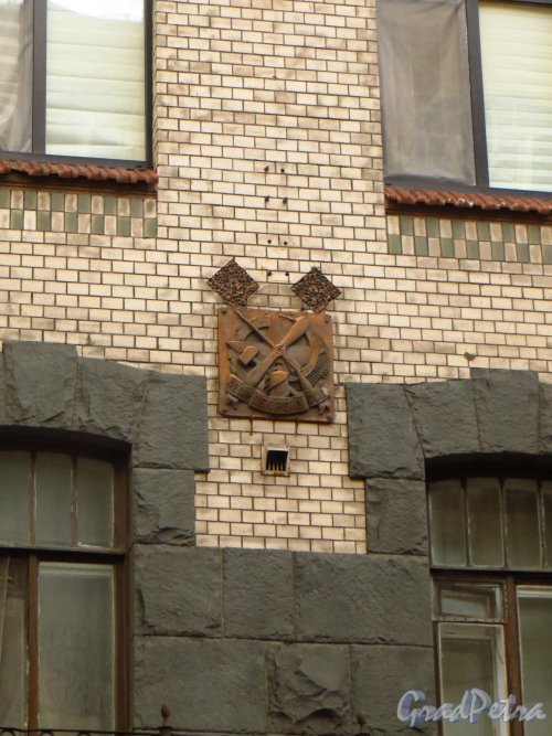 8-я линия В.О., дом 53, литера А. Знак Осоавиахима на фасаде здания. Фото 30 сентября 2014 года.