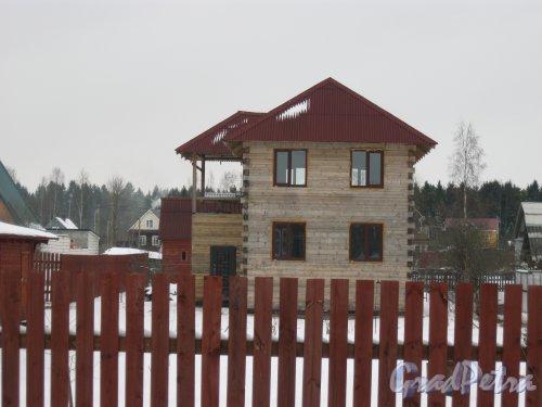 Лен. обл., Гатчинский р-н, пос. Сусанино, Вокзальная сторона, 6-я линия. Один из жилых домов, на которых не указан номер. Фото 19 марта 2014 г.
