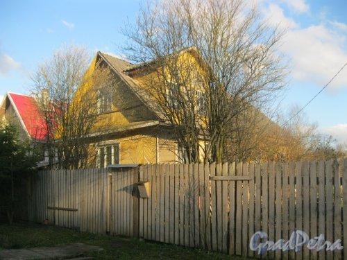 Лен. обл., Гатчинский р-н, пос. Сусанино, Церковная сторона, 1-я линия. Общий вид одного из частных домов. Фото 2 мая 2015 г.