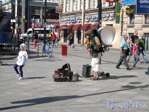 6-я линия В.О., д. 29. Выступление уличного музыканта. фото июль 2014 г.