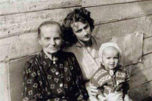 Владимир Владимирович Путин на руках матери, с бабой Анной, которая проживала в одной из квартир в доме 19 по 2-й линии В.О. Фото из личного архива Владимира Путина