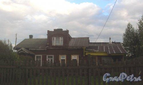 Лен. обл., Гатчинский р-н, пос. Сусанино, Церковная сторона, 2-я линия. Один из частных домов. Фото 24 мая 2015 г.