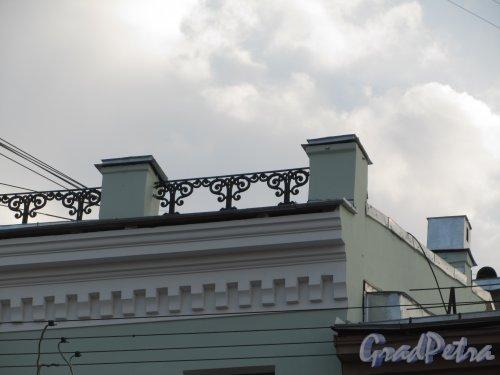 7-я линия В.О., дом 8. Ограда крыши здания. Фото 13 апреля 2012 года.