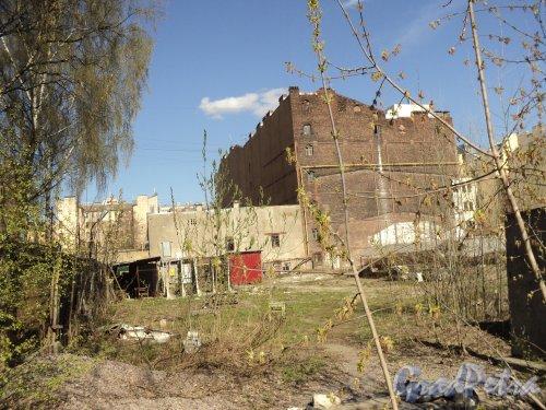12-я линия В.О., дом 41. Левая часть участка. Фото 12 апреля 2011 года.