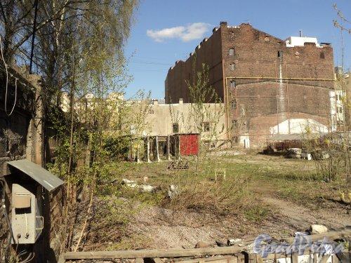 12-я линия В.О., дом 41. Общий вид брандмауэра дома № 51 по 11-ой линии В.О. со стороны дома № 41 по 12-1 линии В.О. Фото 12 апреля 2011 года.