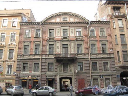 8-я линия В.О., дом 43. Общий вид фасада здания доходного дома А. И. Кракау. Фото 13 апреля 2012 года.