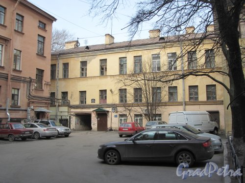 8-я линия В.О., дом 61, литера Б. Общий вид дворового флигеля. Фото 13 апреля 2012 года.