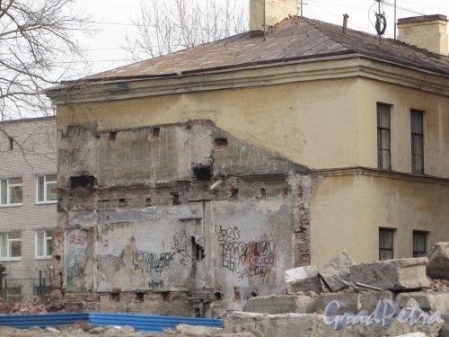8-я линия В.О., дом 61, корпус 2, лит. В. Следы снесённого здания на стене соседнего дома. Фото 13 апреля 2012 года.