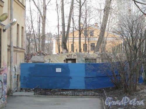 8-я линия В.О., дом 61, корпус 2, лит. В. Снос здания. Фото 13 апреля 2012 года.