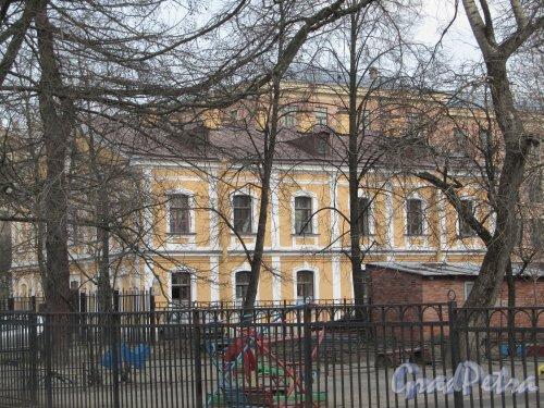 8-я линия В.О., дом 63, литера А. Общий вид здания. Фото 13 апреля 2012 года.